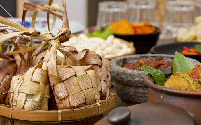 kuliner lebaran dengan ketupat opor ayam sambal terasi